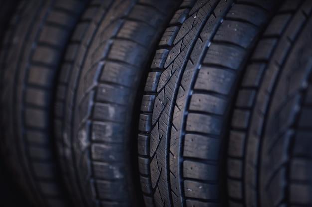 Pneus de voiture d'hiver close up profil de pneu hiver clouté noir pneus de voiture dans une rangée