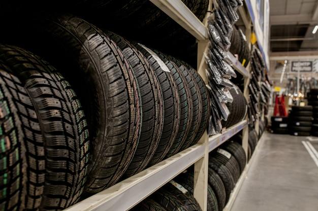 Pneus de voiture et roues à l'entrepôt du magasin de pneus.