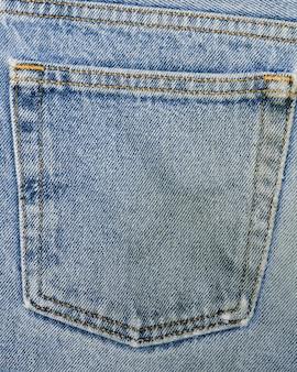 Poche arrière sur un jean en gros plan