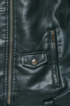 Une poche sur une élégante veste en cuir noir. mise à plat.