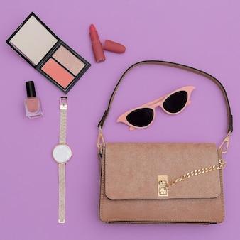 Pochette et accessoires pour dame beige à la mode. cosmétiques tendance.