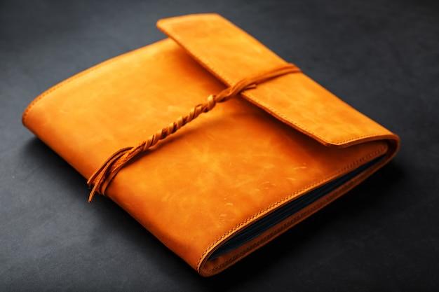 La pochette de l'album est en cuir véritable marron, fait main