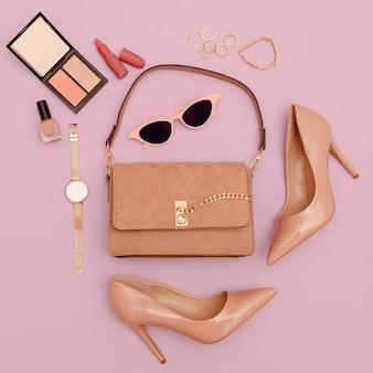 Pochette, chaussures et accessoires de dame beige de mode. cosmétiques tendance. aspect élégant