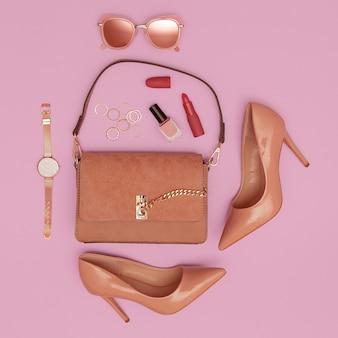 Pochette, chaussures et accessoires de dame beige de mode. cosmétiques tendance. look vintage élégant