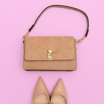 Pochette et chaussures de dame beige de mode. look classique tendance à plat