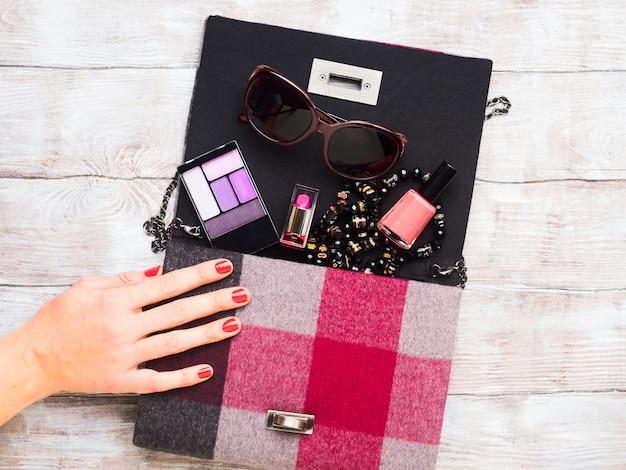Pochette de dame avec accessoires de maquillage