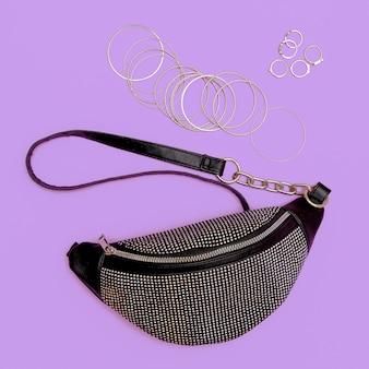 Pochette de dame élégante et bijoux de butin. concept de mode à plat d'accessoires à la mode