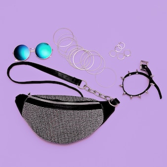Pochette élégante en argent pour femme et bijoux swag. concept de mode à plat d'accessoires à la mode
