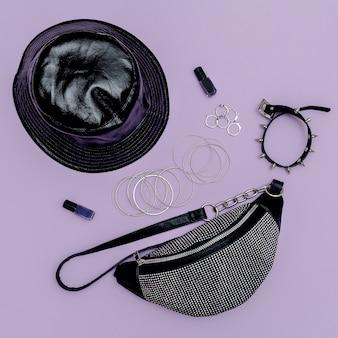 Pochette élégante pour femme et bijoux tendance swag. accessoires pour filles concept de mode à plat
