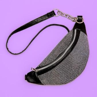 Pochette élégante pour femme. concept de mode d'accessoires à plat