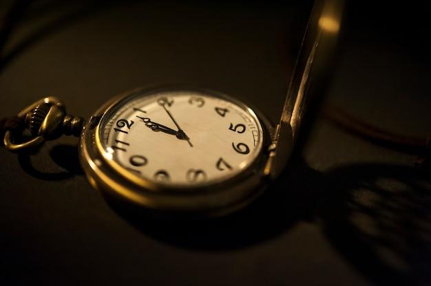 Pochette de montre vintage avec fond d'ombre