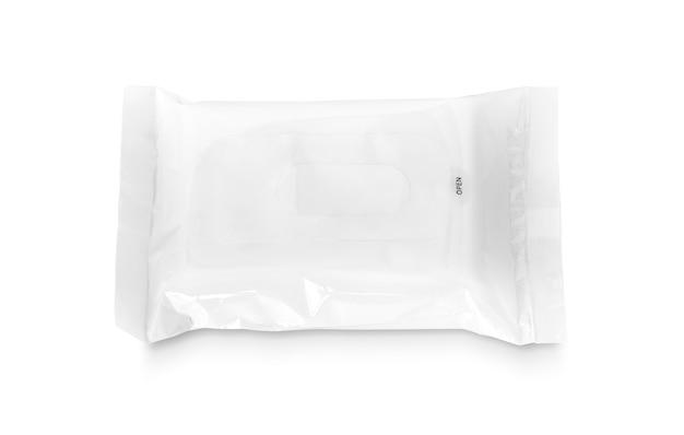 Pochette en plastique blanc d'emballage vierge pour maquette de papier de lingettes humides isolé sur fond blanc avec un tracé de détourage