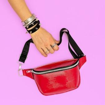 Pochette rouge tendance et bijoux swag élégants. tendances accessoires