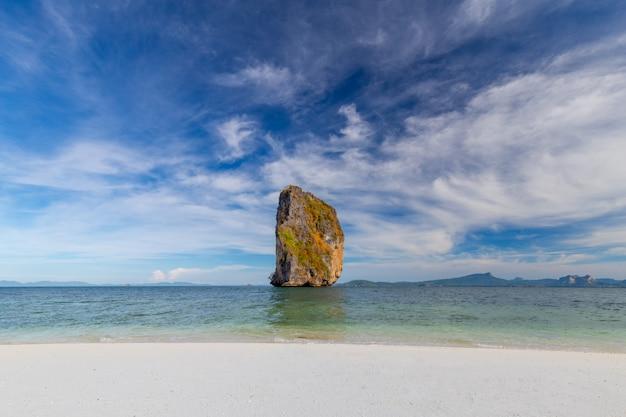 Poda island, belle plage de sable blanc avec mer tropicale pour des vacances reposantes
