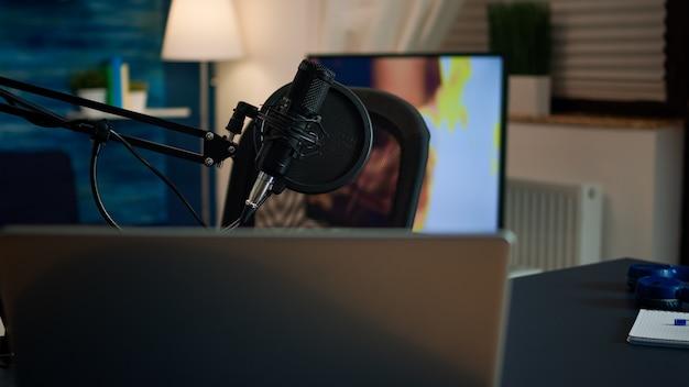 Podcast home studio dans le salon avec équipement de brodcasting professionnel sans personne dedans. influenceur enregistrant du contenu sur les réseaux sociaux avec un microphone de production, une station de streaming internet numérique