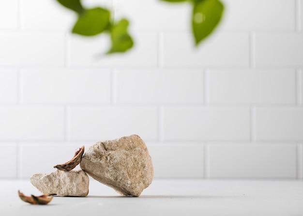 Un podium fait de pierres grises et de morceaux de coquillage pour la présentation de votre produit présentoir moderne...