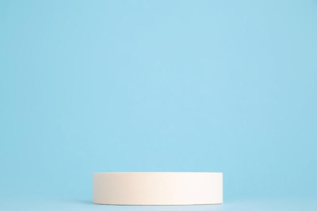 Podium géométrique de produit de beauté sur fond bleu