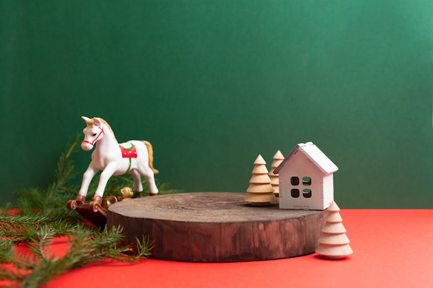 Podium naturel en bois vide avec cheval de jouet d'arbre de noël et décoration de maison