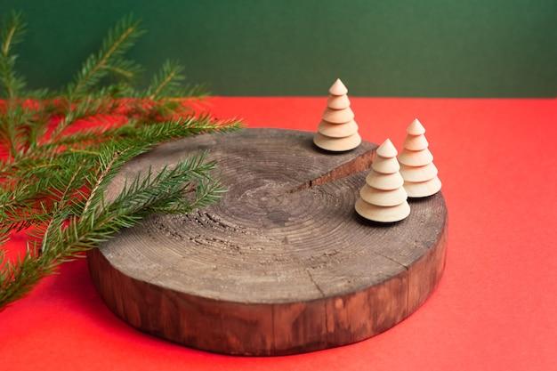 Podium naturel en bois vide avec décoration écologique d'arbre de noël