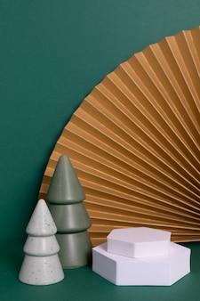 Podium, stand, plateforme de présentation des produits. éventails en papier et décoration de noël.