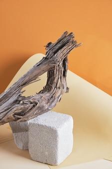 Podium vide pour la présentation des produits. podium en béton vide pour produit sur fond de bois flotté, fond marron maquette
