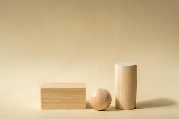 Podiums en bois vides de formes géométriques abstraites pour la présentation du produit