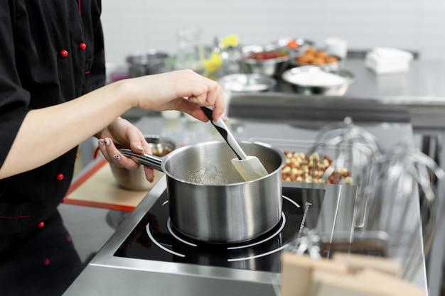 Poêle en acier avec masse de sucre bouillante et bouillonnante pour faire du caramel.