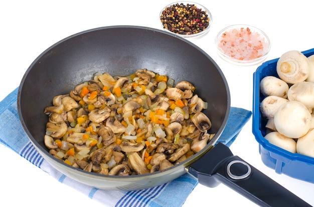 Poêle aux champignons frits, plats végétariens.