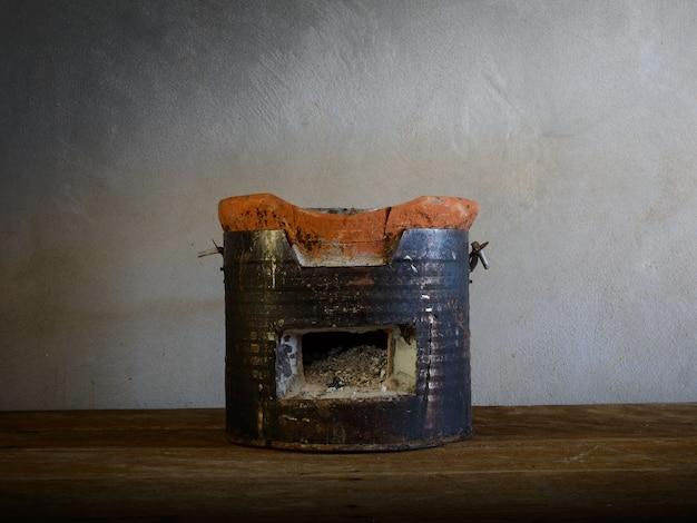Poêle à charbon sur plancher en bois