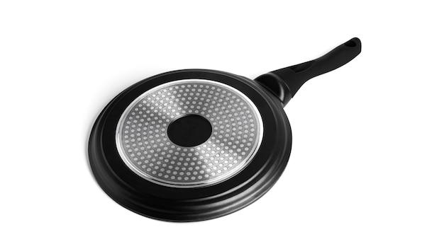 Poêle à crêpes noir isolé sur blanc.