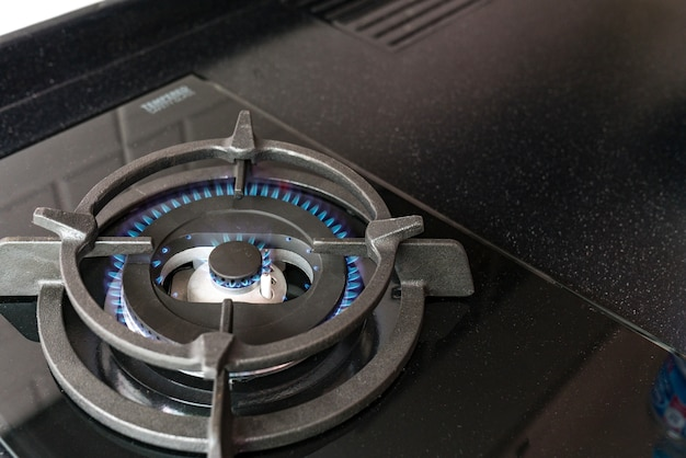 Poêle. cuisinière avec une flamme bleue