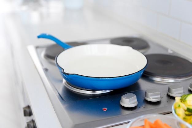 Poêle sur la cuisinière