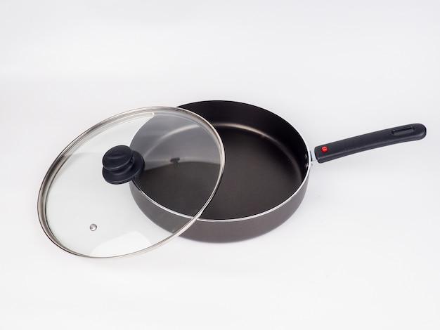 Poêle à frire et couvercle en verre isolé sur fond blanc