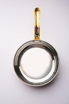 La poêle à frire en cuivre tarka ou tadka avec poignée peut également être utilisée comme bol de service élégant