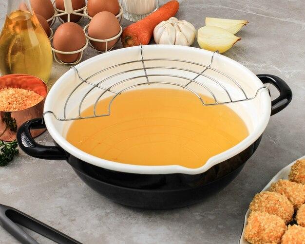 Poêle à frire en émail avec grille en acier inoxydable, préparation de pépites de cuisson/arancini dans la cuisine