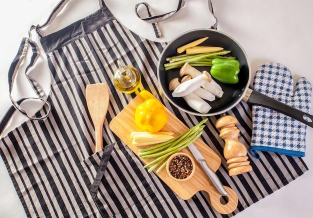 Poêle à frire et légumes frais avec cuisson