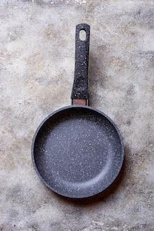 Poêle à frire en pierre grise