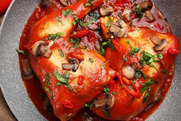 Poêle à frire avec poulet cacciatore, gros plan