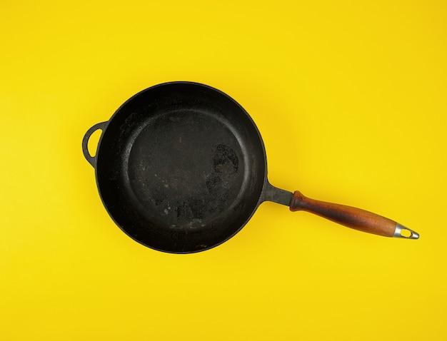 Poêle à frire ronde en fonte noire avec manche en bois