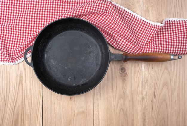 Poêle à frire ronde noire avec manche en bois