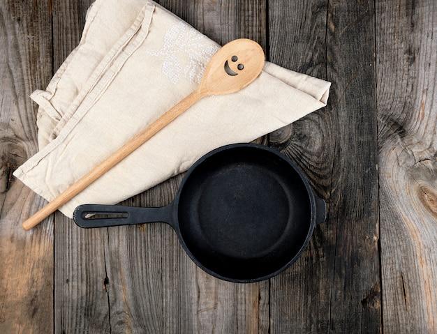 Poêle à frire ronde noire avec manche et cuillère
