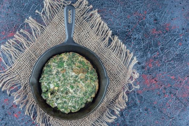 Une poêle d'omelette aux légumes.