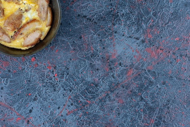 Une poêle d'omelette avec de la viande de poulet.