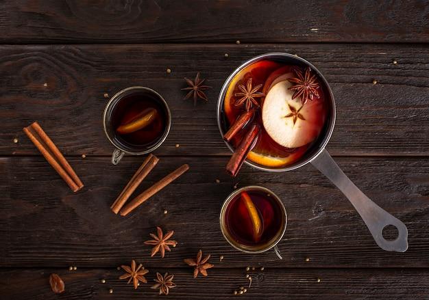 Poêle plate avec vin chaud et tasses