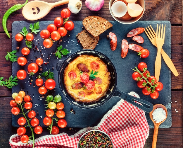 Poêle ronde noire avec omelette frite