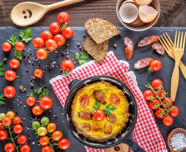 Poêle ronde avec omelette frite