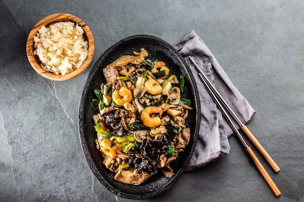 Poêlée de crevettes frites et de champignons shiitake