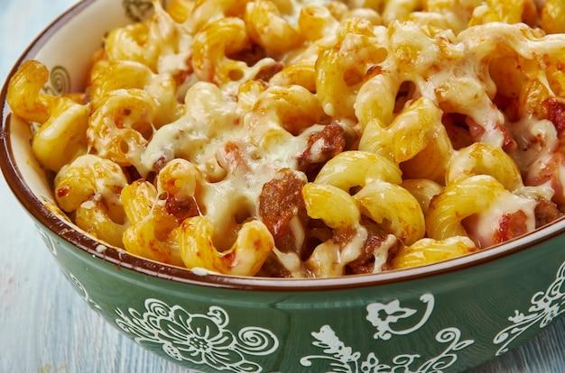 Poêlée de macaronis au cheeseburger maison, grande poêle, assaisonner le bœuf avec l'ail et le sel d'assaisonnement, puis faire dorer le bœuf haché.