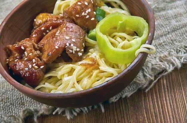 Poêlée de nouilles ramen avec steak, se glisse dans un sauté avec ce dîner de semaine facile.