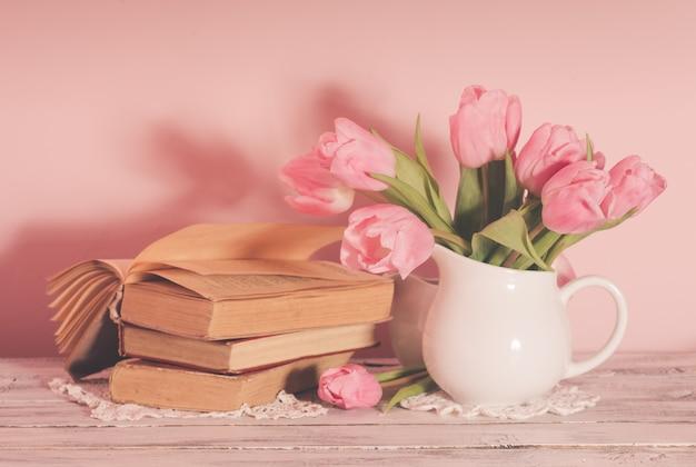 Poème nature morte avec des livres et des tulipes roses